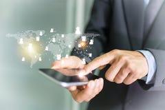 De telefoon van de zakenmanhand met virtuele sociale media knopen Stock Afbeeldingen
