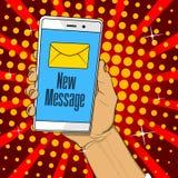De telefoon van de handholding met brief en nieuwe berichttekst op het scherm vector illustratie