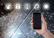 De telefoon van de handholding met slimme huisinterface en schakelaars Stock Foto