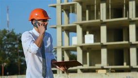 De Telefoon van ingenieursspeaks on mobile stock video