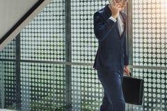 De Telefoonconcept van zakenmanworking connecting smart royalty-vrije stock afbeelding