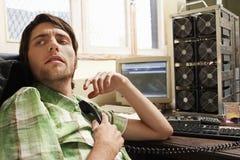 De Telefoonontvanger van de mensenholding bij Computerbureau royalty-vrije stock foto