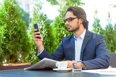 De telefoonrestaurant van het zakenmanbericht in openlucht royalty-vrije stock foto's
