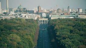 De telelens schoot het impliceren van de meeste bezochte oriëntatiepunten van Berlijn: De Poort van Brandenburg, Berliner dom en  stock videobeelden