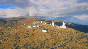 De telescopen bij het waarnemingscentrum nemen de kosmos en de sterren waar stock videobeelden