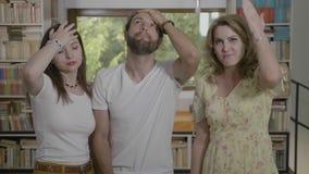 De teleurgestelde jonge vrienden die facepalm samen het uitdrukken gesturing ontbreken en frustratie - stock videobeelden