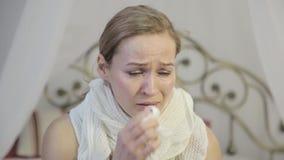 De teleurstellingsvrouw met bruine ogen die, veegt weg scheuren met een document zakdoek af schreeuwen stock footage