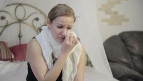 De teleurstellingsvrouw met bruine ogen die, veegt weg scheuren met een document zakdoek af schreeuwen stock videobeelden