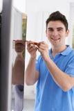 De Televisie van ingenieursfitting curved screen in Huis stock foto