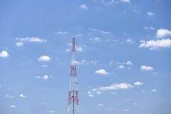 De televisieantennes van de telecommunicatiemast Stock Foto's