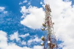 De televisieantennes van de telecommunicatiemast op blauwe hemel en wolk Royalty-vrije Stock Foto's