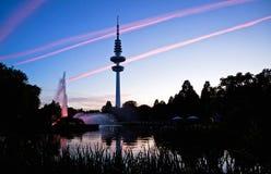 De Televisietoren van Hamburg na zonsondergang, Duitsland Stock Afbeelding