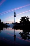 De Televisietoren van Hamburg na zonsondergang, Duitsland Stock Afbeeldingen