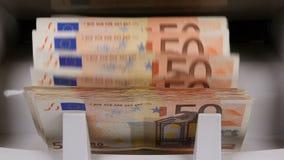De tellende machine van het contant geldgeld De bankbiljetteller telt vijftig euro rekeningen stock videobeelden