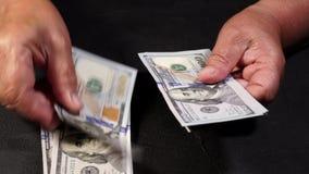 De tellende munt van de V.S. De oude vrouw telt geld Nieuwe dollars in handen met rimpels Sluit omhoog mening Zaken, financiën stock footage