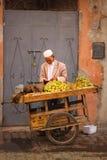De tellende muntstukken van de straatverkoper marrakech marokko Royalty-vrije Stock Afbeelding