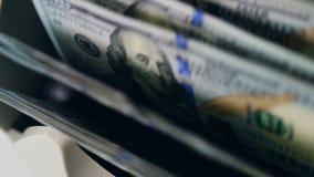 De teller beweegt dollarrekeningen, controlerend hen bij een bank stock videobeelden