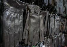 De teller met de handschoenen in de opslag stock afbeelding