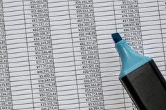 De teller over blinkt spreadsheet met binnen cijfers uit royalty-vrije stock foto's