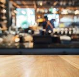 De teller van de lijstbovenkant met de Vage achtergrond van het Barrestaurant stock afbeeldingen