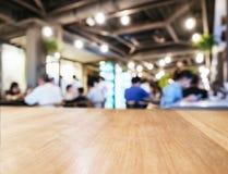 De teller van de lijstbovenkant op Vage de mensenachtergrond van de Koffiewinkel koffie Royalty-vrije Stock Afbeeldingen