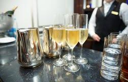 De teller van de staaf met champagne stock foto