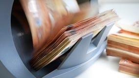 De teller van het contant geldgeld en detector van bankbiljetten voor de telling van nota's en bepaling van vervalsings 50 en 20  stock footage