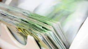 De teller van het contant geldgeld, 100 euro nota's stock video