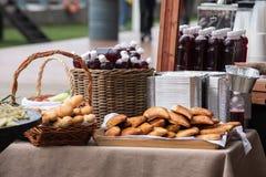 de teller van het straatvoedsel bij het festival met dranken, brood en pastei stock foto's