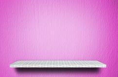 De teller van de weversplank op roze cementtextuur stock foto