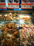 De teller van zelfbedieningszeevruchten in gastronomische supermarkt Stock Foto