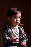 De tellingen van de jongen met zijn vingers. Stock Fotografie