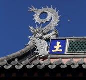 In de tempel, die bij de bovenkant van een beeldhouwwerk van een draak huisvesten Stock Fotografie