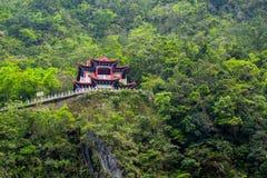 De tempel en de waterval van Tchang-tchoun bij het Nationale Park van Taroko Stock Afbeelding
