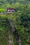De tempel en de waterval van Tchang-tchoun bij het Nationale Park van Taroko Stock Afbeeldingen