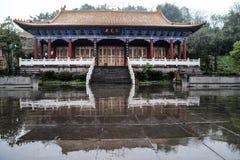 De tempel in lingyunberg in Sichuan, China Stock Afbeeldingen