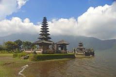 De tempel op een bergmeer Royalty-vrije Stock Foto