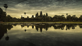 De tempel van Angkorwat in het water wordt weerspiegeld dat Royalty-vrije Stock Afbeelding