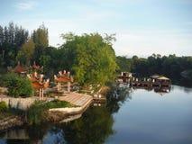 De tempel van Boedha naast de Rivier Kwai Stock Afbeeldingen