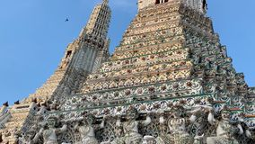 De tempel van Dawn Wat Arun stock video