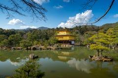 De tempel van gouden paviljoen in Kyoto onder blauwe hemel Stock Foto