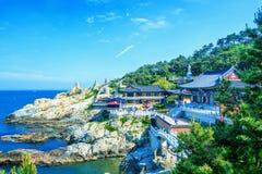 De Tempel van Haedongyonggungsa en Haeundae-Overzees in Busan, Zuid-Korea Stock Afbeeldingen