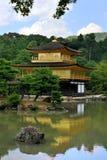 De Tempel van Kinkakuji (het Gouden Paviljoen)/Kyoto, Ja Stock Fotografie