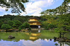 De Tempel van Kinkakuji (het Gouden Paviljoen)/Kyoto, Ja Stock Afbeelding