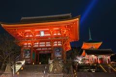De tempel van Kiyomizudera, licht omhoog in de lente Stock Foto's