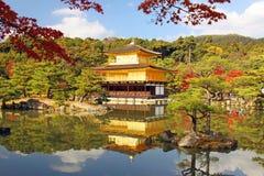 De Tempel van Kyoto, Japan Kinkaku -kinkaku-ji in de herfst en de rustige mening van de vijver Royalty-vrije Stock Fotografie