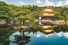 De Tempel van Kyoto Kinkakuji als het Gouden Paviljoen in Kyot ook wordt bekend die Stock Fotografie