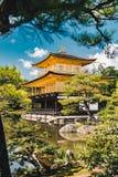 De Tempel van Kyoto Kinkakuji als het Gouden Paviljoen in Kyot ook wordt bekend die Stock Foto