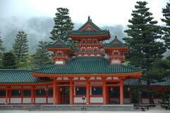 De tempel van Kyoto in mist Stock Afbeelding