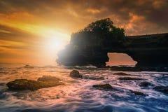 De Tempel van de Tanahpartij op overzees bij zonsondergang in het Eiland van Bali Stock Afbeelding